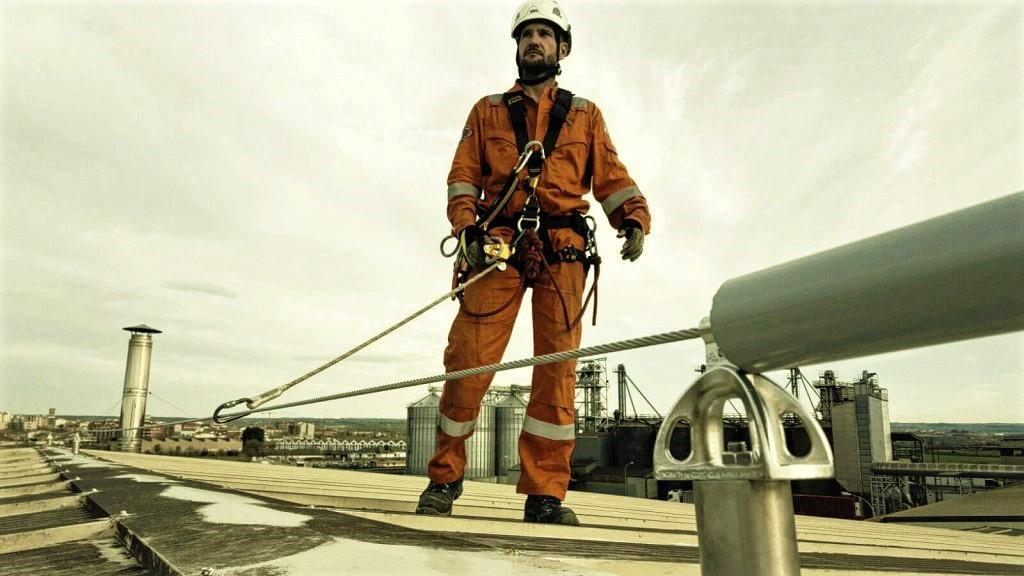 Campaña del INSST «Trabajos en cubiertas. Lo importante es bajar con vida».